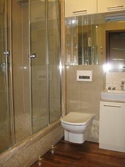 Kabina łazienkowa - wanna powstała z mozaiki i marmuru breccia