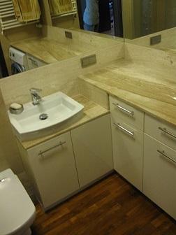 Cel realizacji tej łazienki: minimum kafli. Tak powstała piękna łazienka z drewnem na podłodze i marmurem breccia w roli głównej