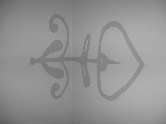 wzór na ścianie powtarzający okucia mebli