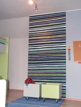 pokój nastolatka, ręcznie domalowane paski do dywanika na podłodze